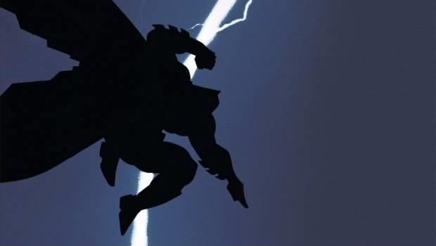 Batman in ombra sospeso a mezz'aria, con un fulmine in lontananza che attraversa il cielo