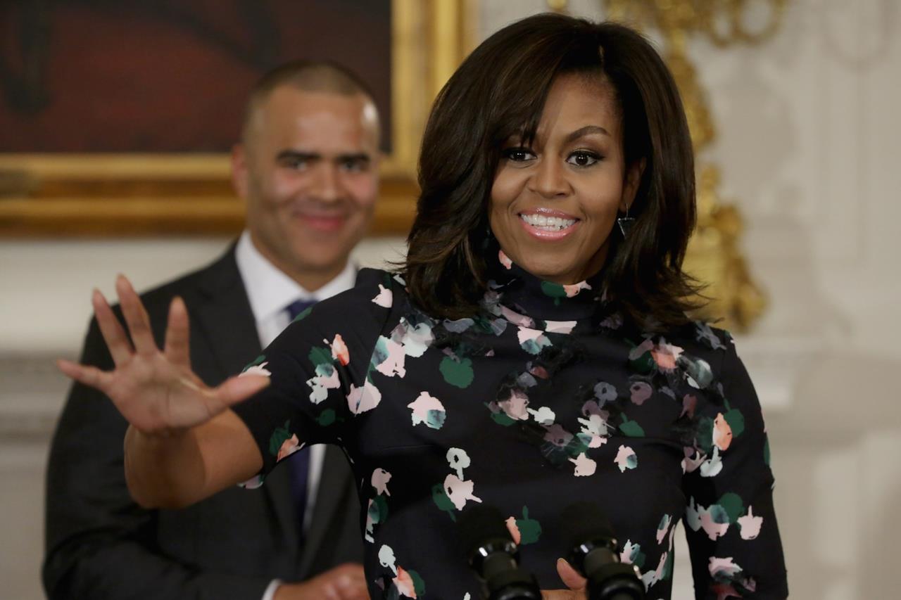 Michelle Obama completa il look con un taglio di capelli voluminoso e strutturato