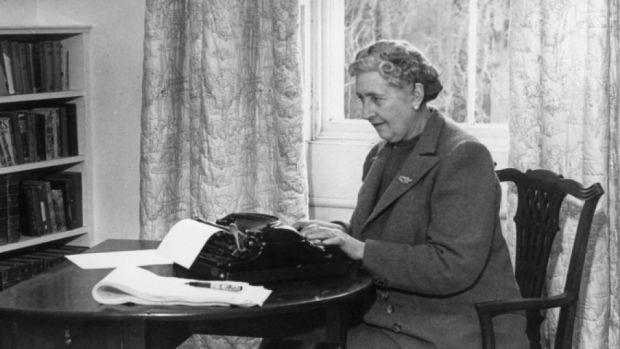 Agatha Christie mentre scrive a macchina
