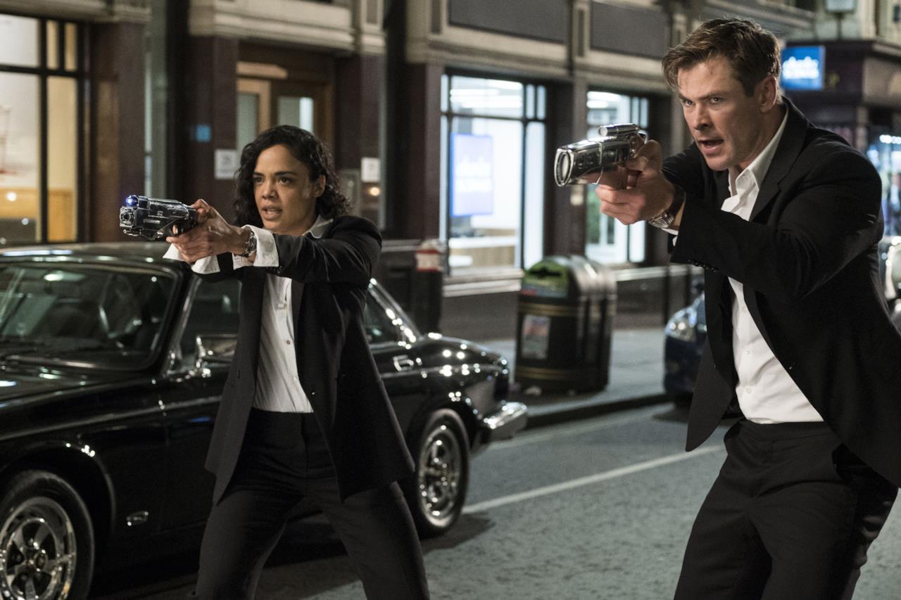 Gli agenti M e H con le armi pronte