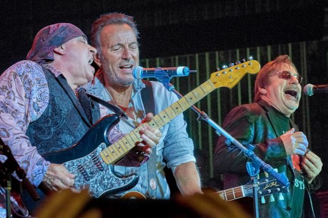 Steven Van Zandt e Bruce Springsteen sul palco dell'Upstage