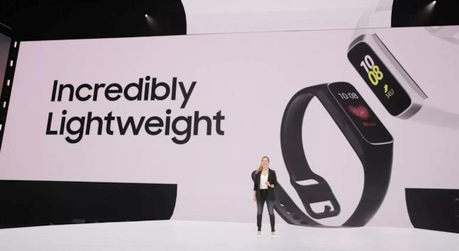 Foto scattata durante l'evento Unpacked 2019, sullo sfondo il Galaxy Fit