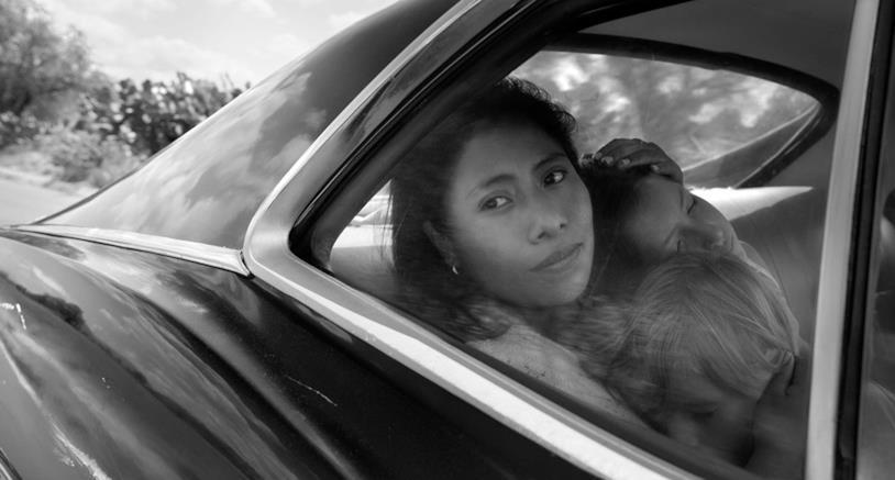 Yalitza Aparicio (Cleo) in auto con i bambini di Sofia in una scena di Roma