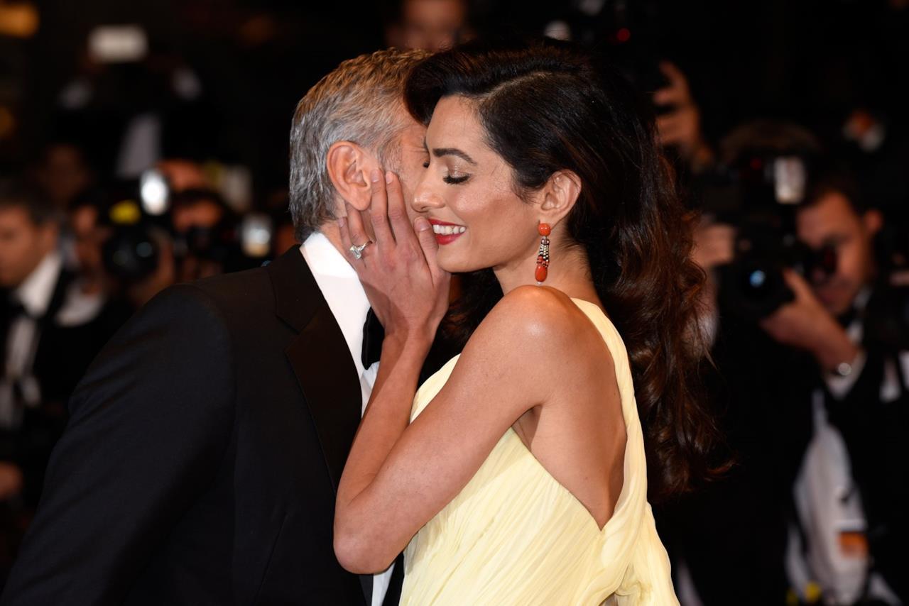 Amal Alamuddin e George Clooney si baciano