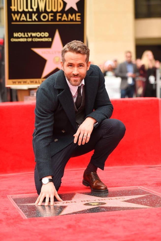 Ryan Reynolds tocca la sua stella sulla Walk of Fame