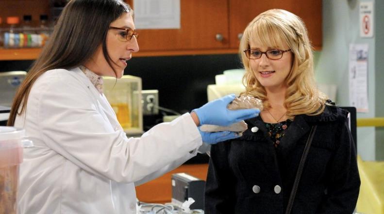 Amy e Bernie in laboratorio in The Big Bang Theory