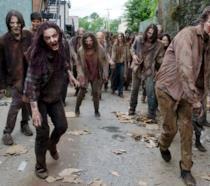 In primo piano alcuni Zombie che camminano