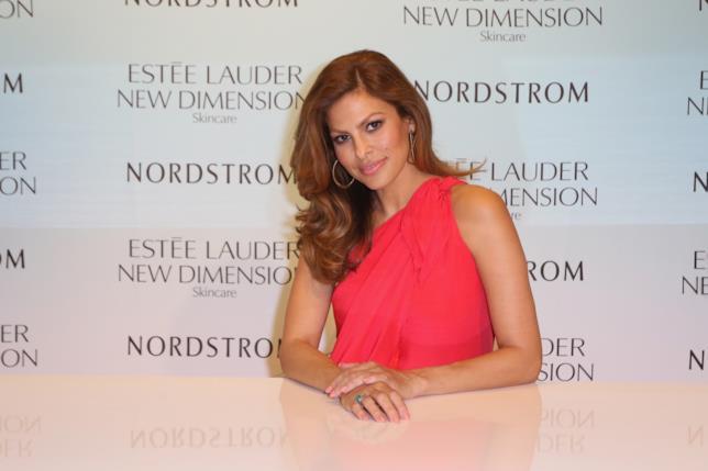 Eva Mendes durante un evento organizzato da Estee Lauder