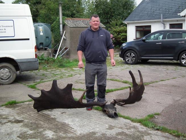 Il pescatore e il suo fossile di cervo gigante