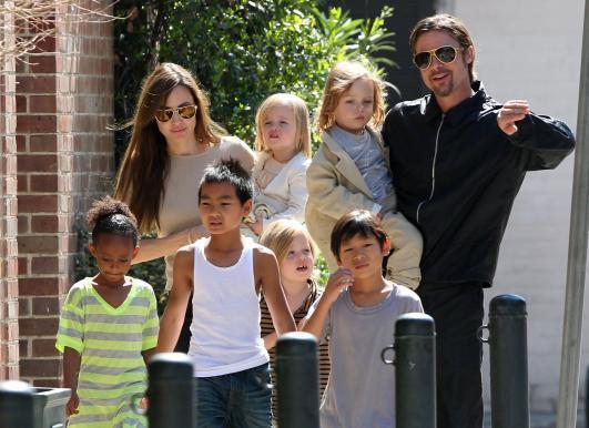 Brad Pitt e Angelina Jolie con i loro bambini