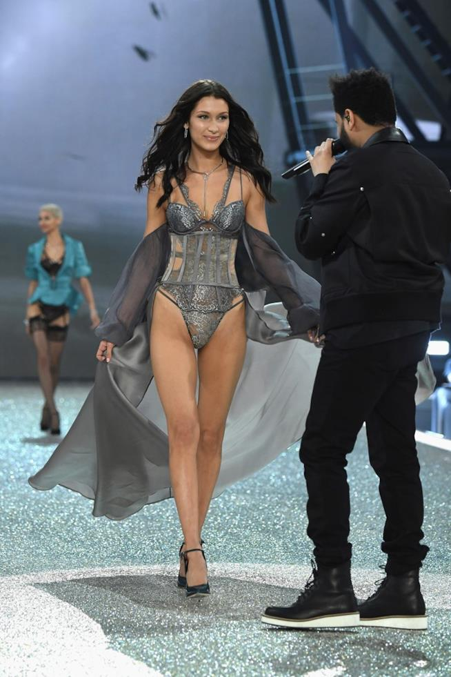 Bella Hadid sorride a The Weeknd al Victoria's Secret Fashion Show