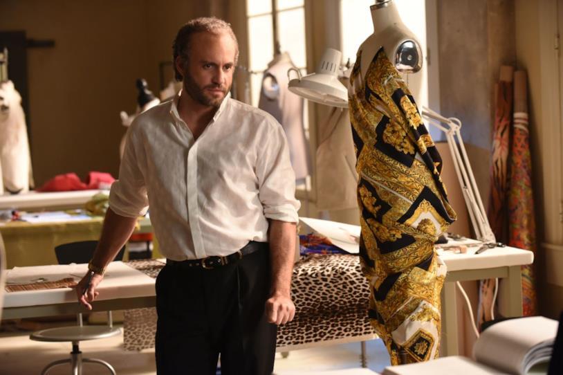 Gianni Versace (Édgar Ramírez) tra le sue creazioni in una scena