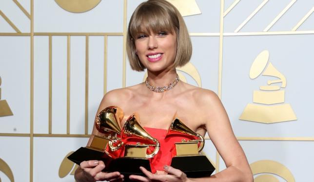Foto di Taylor Swift vincitrice ai Grammys 2016