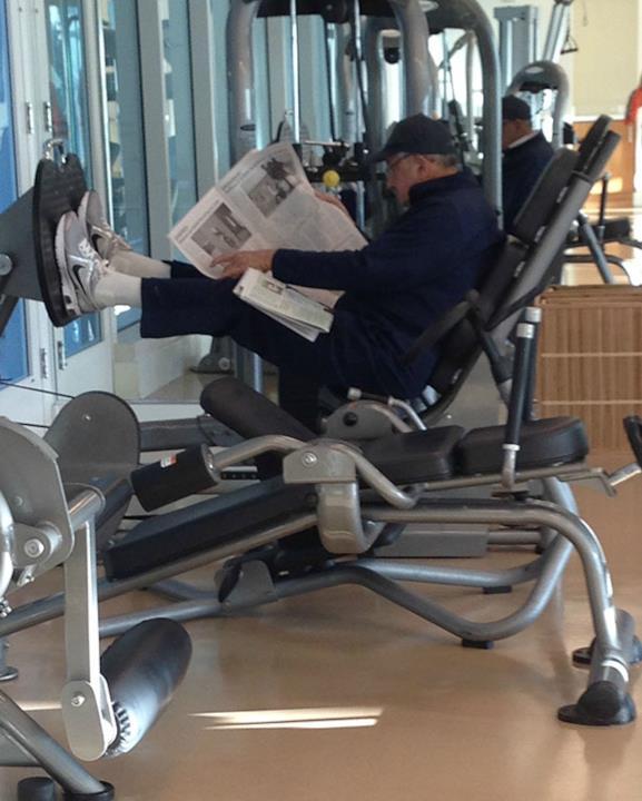 In palestra: anziano che legge il quotidiano