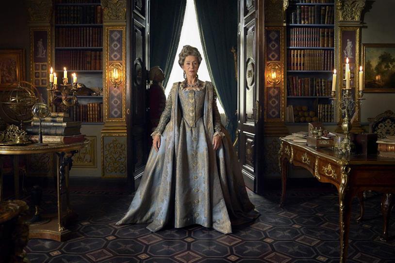 Figura intera di Helen Mirren nei sontuosi costumi di Caterina II di Russia