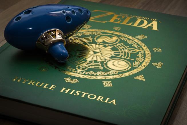 Il tomo Hyrule Historia con l'ocarina di Link