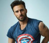 Chris Evans con una maglietta a tema Captain America
