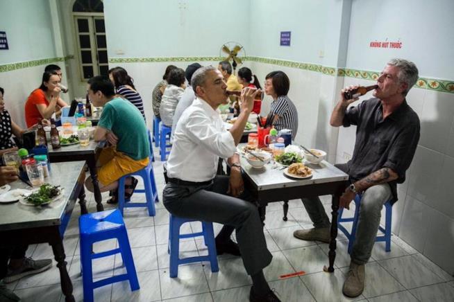Anthony Bourdain e Barack Obama seduti in un ristorante low cost in Vietnam