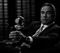 John Travolta in una foto in bianco e nero sul set di American Crime Story