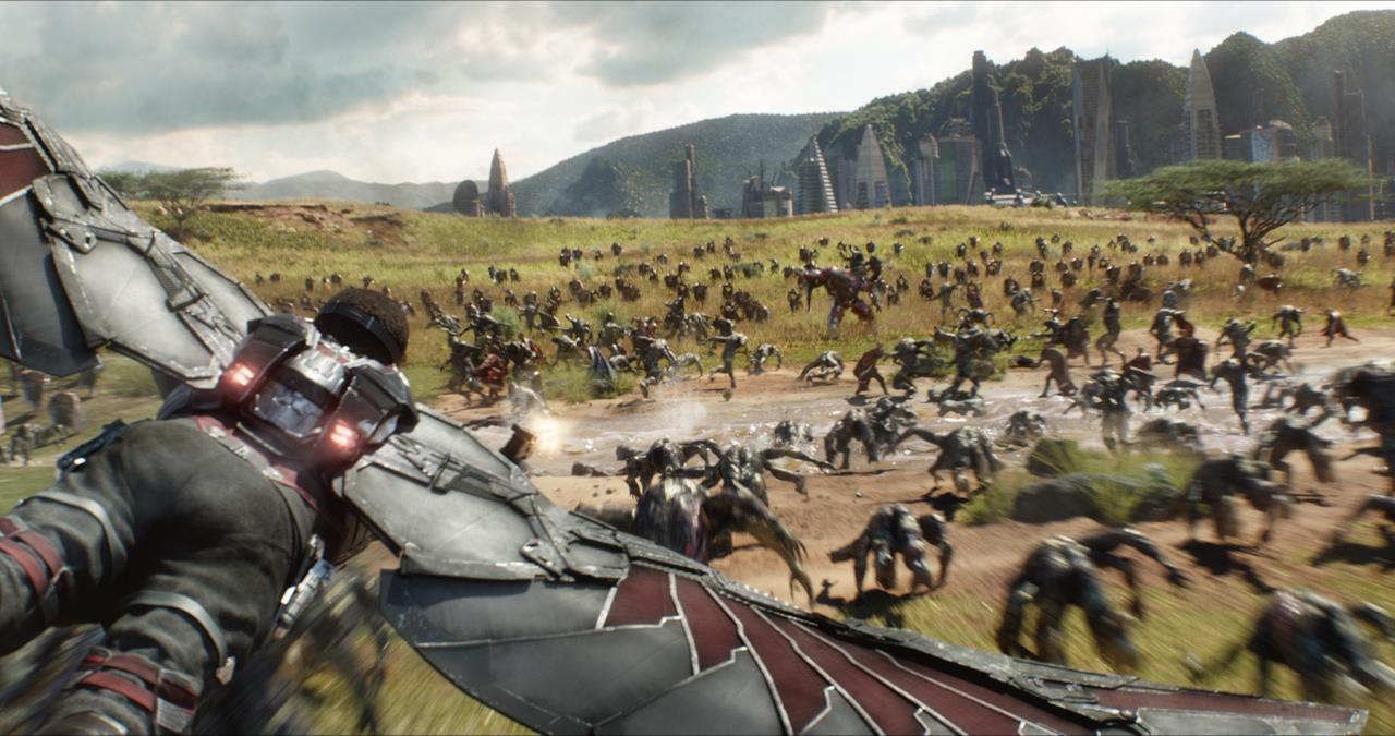 Falcon sorvola la battaglia contro Thanos in Wakanda