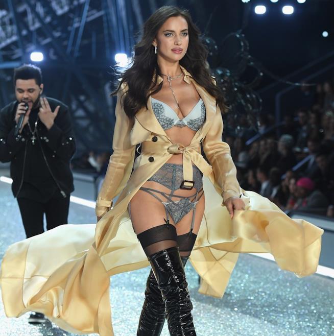 Irina Shayk sfila per Victoria's Secret