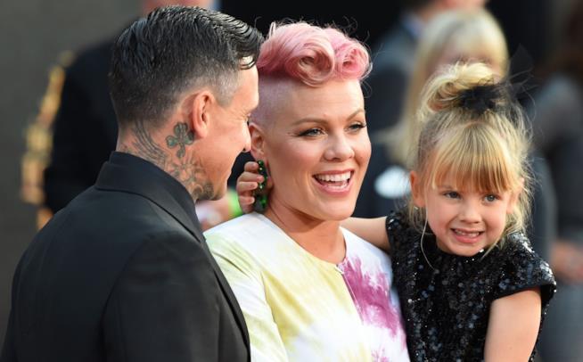 Primo piano di Pink con suo marito Carey Hart e la piccola Willow
