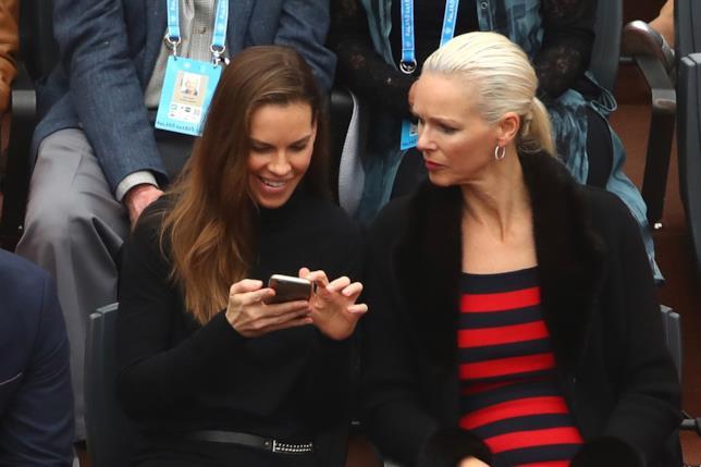 Primo piano di Hilary Swank a Roland Garros senza anello al dito