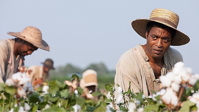 Chiwetel Ejiofor in una scena di 12 anni schiavo
