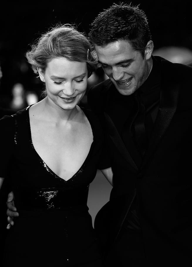 Primo piano di Robert Pattinson e Mia Wasikowska