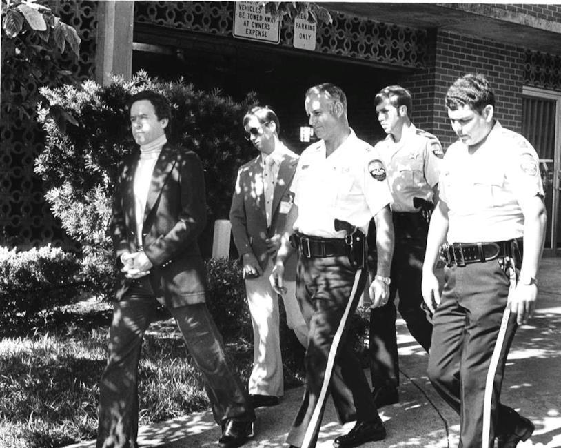 Alcuni poliziotti scortano Ted Bundy