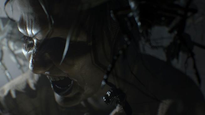"""L'abbraccio """"affettuoso"""" della signora Baker in Resident Evil 7"""
