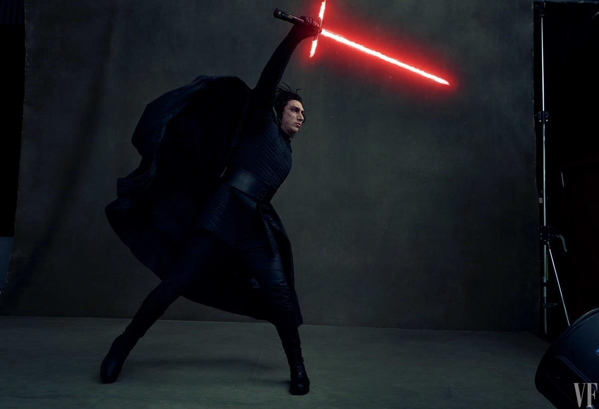 Gli Ultimi Jedi: Adam Driver nei panni di Kylo Ren mentre impugna la sua spada laser rossa