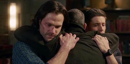 Jensen Ackles e Jared Padalecki abbracciano con Jeffrey Dean Morgan