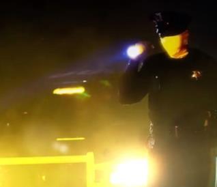 Uno degli agenti di polizia della nuova serie Watchmen, in una scena notturna
