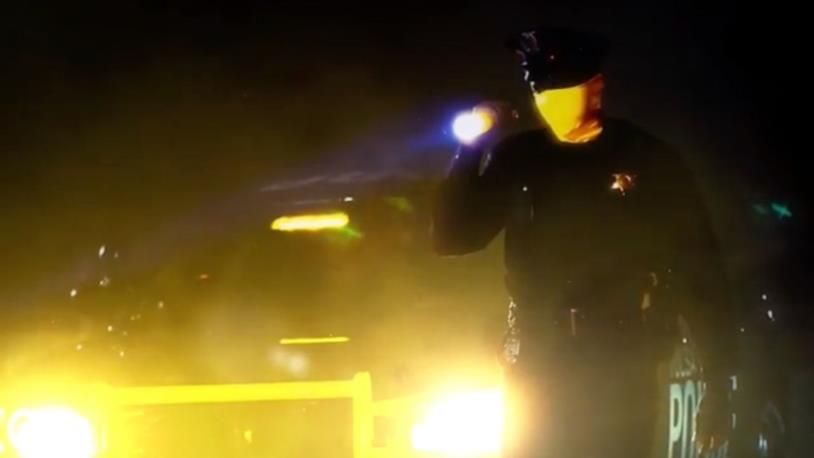 Uno dei poliziotti della serie TV Watchmen, che indossa una maschera gialla