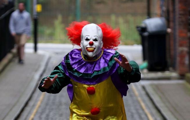 Clown pronto a spaventare i passanti