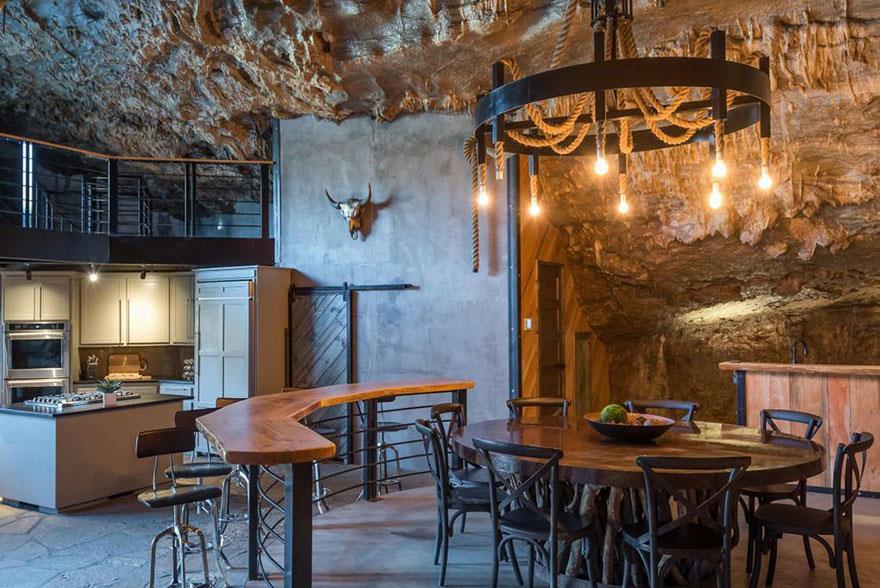 L'interno della Beckam Creek Cace Lodge: un angolo della cucina con il bancone da bar e tavolo in legno