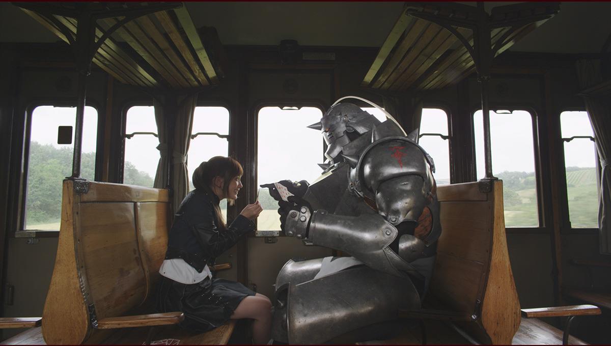 Winry Rockbell (Tsubasa Honda) gioca a carte con Al in treno