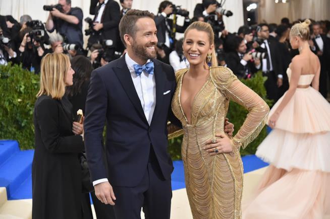 Ryan Reynolds e consorte eleganti e sorridenti
