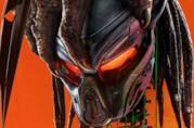 Un primo piano dell'elmo del Predator nel poster del film The Predator