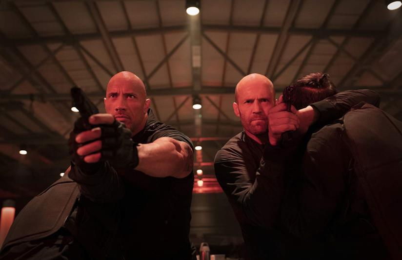 Dwayne Johnson e Jason Statham pistole alla mano in una scena di Hobbs & Shaw