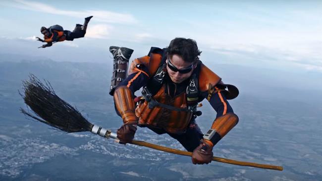 Gli skydivers in azione durante la partita di Quidditch ad alta quota