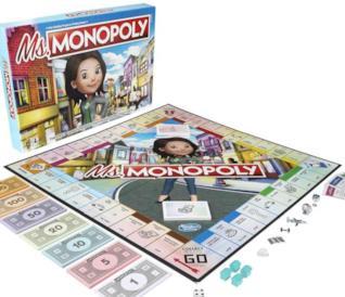 Una ragazza ride mentre tiene in mano delle banconote contenute nel Monopoly al femminile