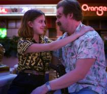 Hopper e Undici di Stranger Things si sorridono