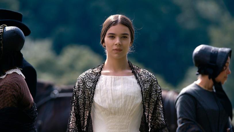 Hailee Steinfeld è Emily Dickinson in una scena della serie