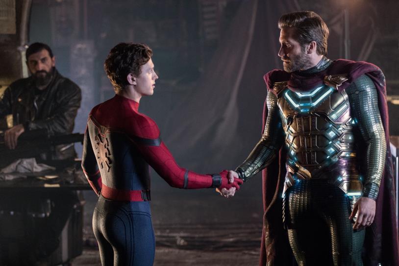 La stretta di mano tra Spider-Man e Mysterio in una scena di Spider-Man: Far From Home