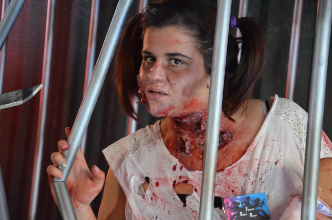 Una zombie all'interno del padiglione FOX a Lucca 2016