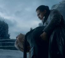 Jon sorregge Daenerys accoltellata in GoT 8