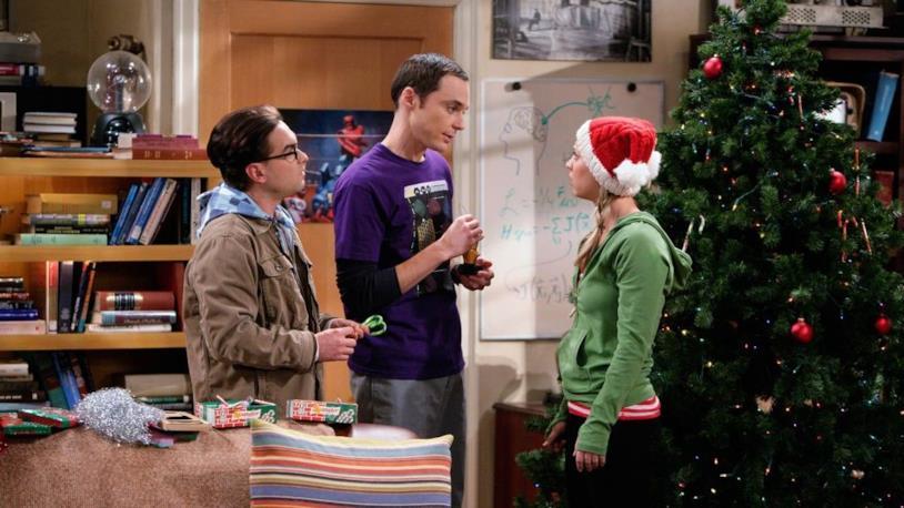 Sheldon, Penny e Leonard preparano l'albero di Natale