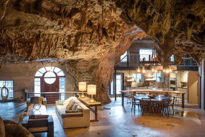 L'interno della Beckam Creek Cace Lodge: panoramica dell'ingresso, living roon e cucina con angolo bar